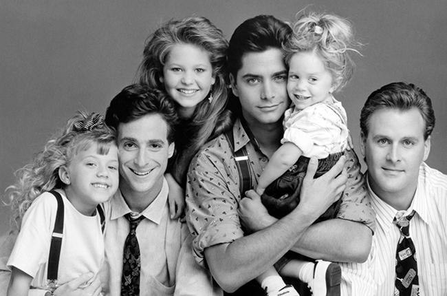 FULL HOUSE, (from left): Jodie Sweetin, Bob Saget, Candace Cameron, John Stamos, Ashley/Mary-Kate Olsen, Dave Coulier, (Season 3, 1989), 1987-95. © Lorimar Television / Courtesy: Everett Collection
